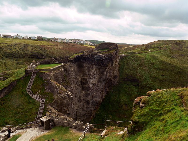 ruins_of_the_Upper_mainland_courtyard_of_Tintagel_Castle_Wikipedia